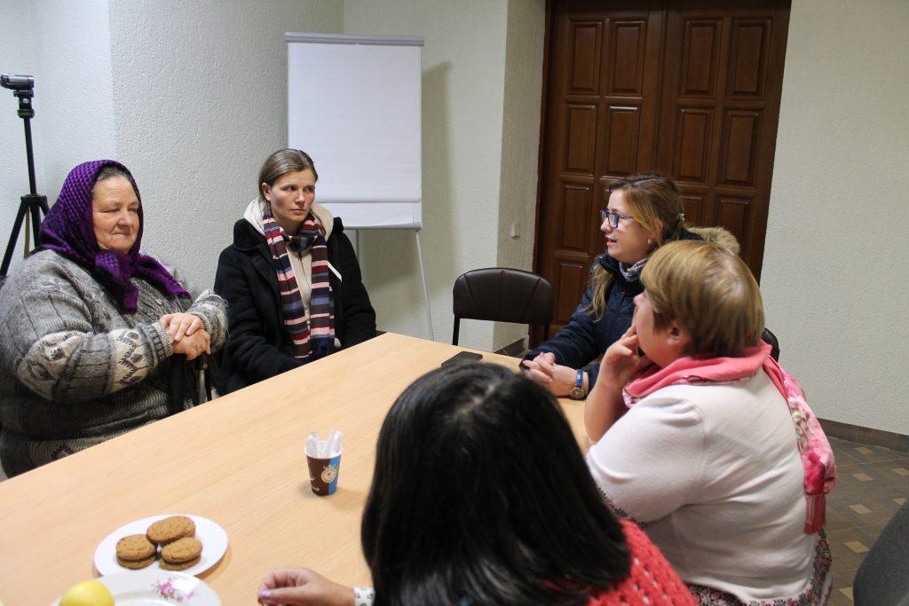 Întâlnirea dintre beneficiara campaniei Anastasia, și vânzătoarea, cu asistența juristei Maria Calcatinge și a coordonatoarei programului advocacy , Olga Lîsenco.